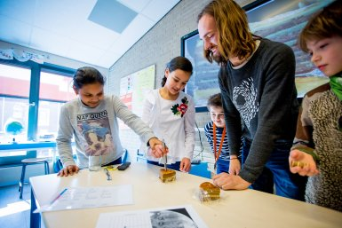 Leerlingen ontdekken samen met onderzoeker Ilja Kocken wat aardlagen zijn