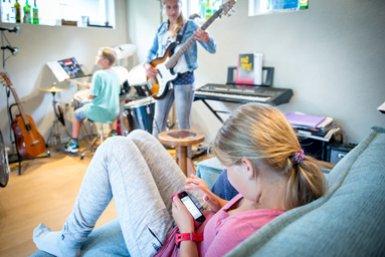 Kinderen bezig met verschillende dingen
