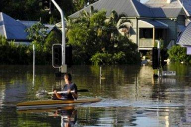 man in kano in overstroomd gebied