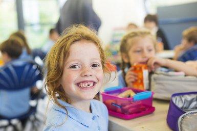 kind aan lunch op school