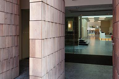 De ingang van de Universiteitsbibliotheek van de Universiteit Utrecht in de binnenstad.