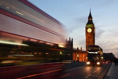 Londen in de schemering, drukke staat, Big Ben, bussen
