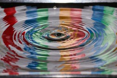 druppel in water met rimpelingen en kleuren