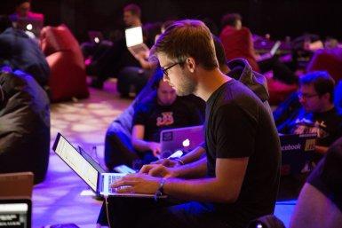 Jonge mannen met laptops op bijeenkomst