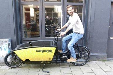 Lukas Held met een Cargoroo-deelbakfiets