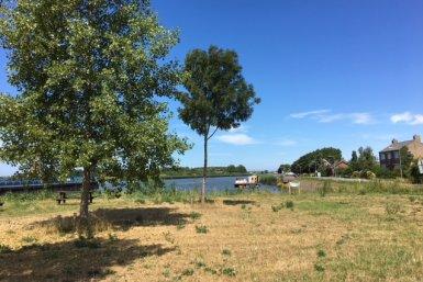 Hollandse IJssel in droge periode met vergeeld gras