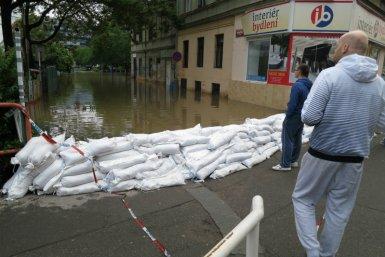 Zandzakken tegen overstroming van een straat in Praag