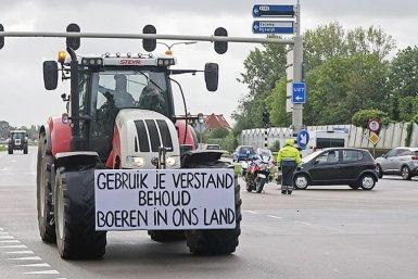 Boer die met een trekker protesteert tegen het stikstofbeleid.