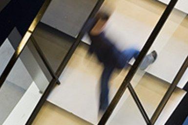 Studenten lopen trap op