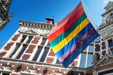Ceremoniële vlag aan het Academiegebouw van de Universiteit Utrecht.
