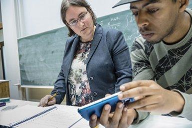 Docent en student aan het werk