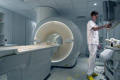 Laborant bij MRI-scanner