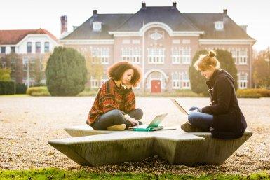 Mensen met laptop op International Campus Utrecht