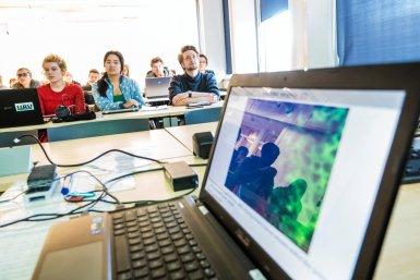 Studenten krijgen les door middel van blended learning