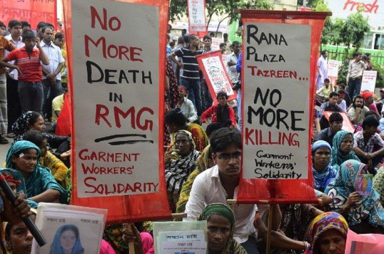 Mensen demonstreren tegen de slechte werkomstandigheden in de kledingindustrie