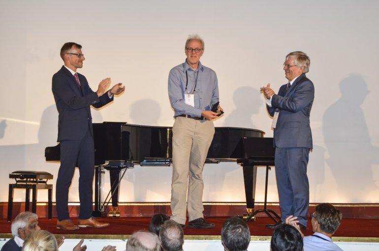Piet Gros neemt het applaus in ontvangst na de uitreiking van de ECN 'Medal in Gold'