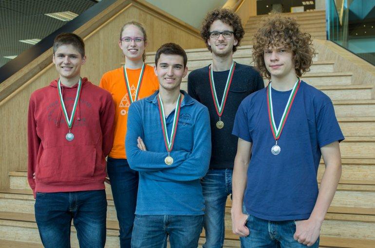 Vijf van de zes studenten van het succesvolle Utrechtse wiskundeteam