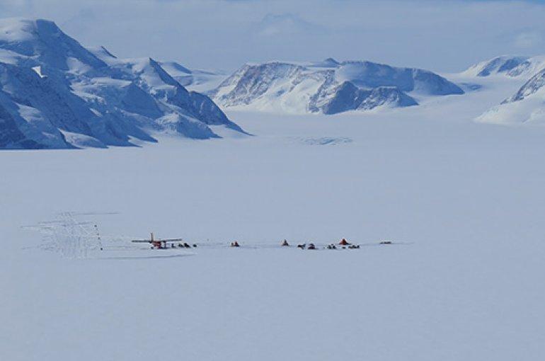 Het basiskamp van de gletsjeronderzoekers op de locatie van zomerse smeltmeren. (© Nick Gillett)