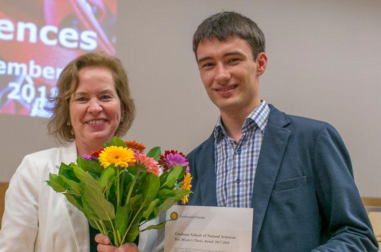 Matthias Aengenheyster ontvangt de scriptieprijs van decaan Isabel Arends