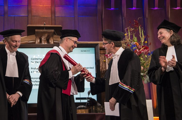 Prof. Henk Dijkstra presents the honorary doctorate to Prof. Albert-László Barabási