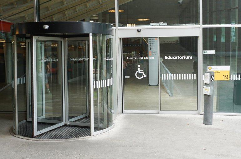 Toegankelijke entree van het Educatorium op de Uithof: een draaideur met bestickering voor mensen met een visuele beperking en een schuifdeur voor rolstoelgebruikers