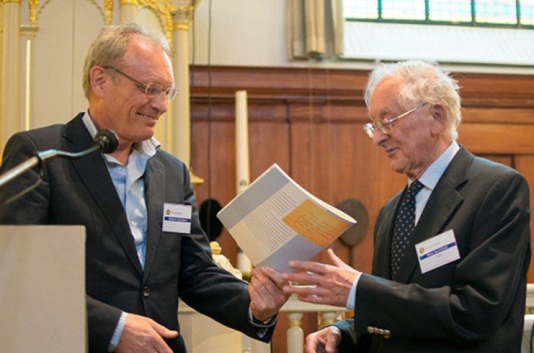 Uitreiking magazine aan emeritus prof. dr. Wim Gerritsen. Foto: Ykwinno Hensen