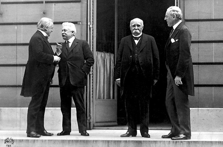 """""""De Grote Vier"""" tijdens de Vredesconferentie van Parijs (1919) (van links naar rechts, Lloyd George, Vittorio Emanuele Orlando, Georges Clemenceau, Woodrow Wilson). Bron: Wikimedia"""