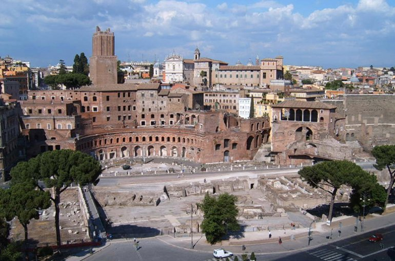 De Markten van Trajanus, tegen de Quirinaal achter het Forum van Trajanus. Bron: Wikimedia/Markus Bernet