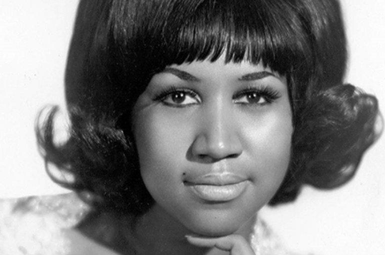 Aretha Franklin (1968), foto rechts (2009). Bron: Wikimedia