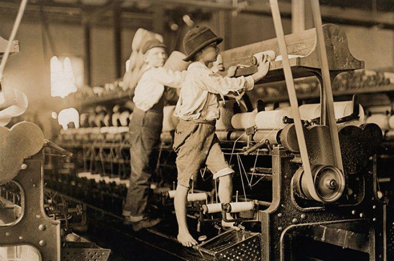 Kinderarbeid in de kledingindustrie (1909) ). Bron: Wikimedia Commons/Lewis Hine