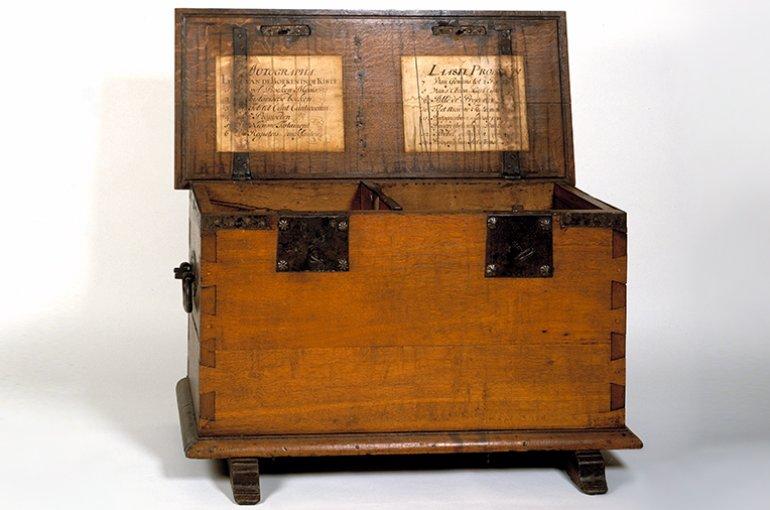 Kist met twee sleutels waar in autografen en drukproeven van Statenvertaling lagen, 1662. Bron: Wikimedia/Museum Catharijneconvent, Utrecht/Ruben de Heer