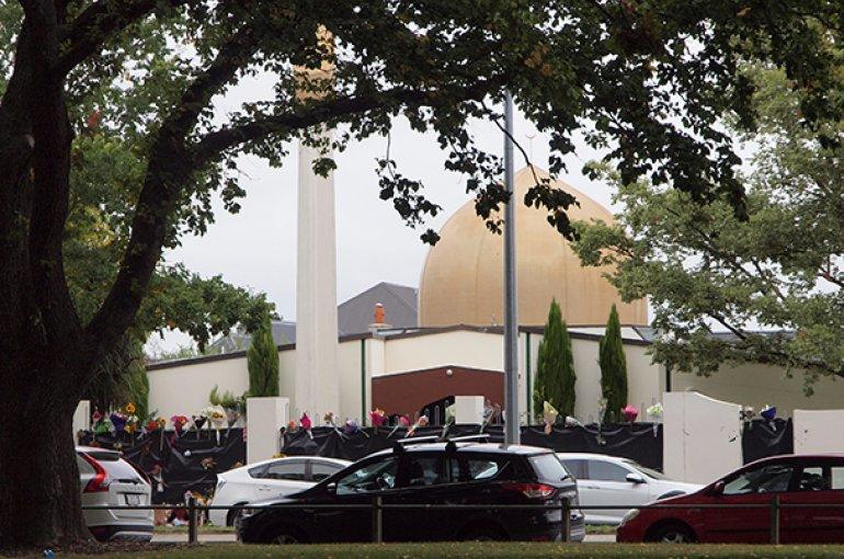 Bloemen geplaatst op het hek van de Masjid Al Noor Moskee in Christchurch na de terroristische aanslag. Bron: Wikimedia/James Dann