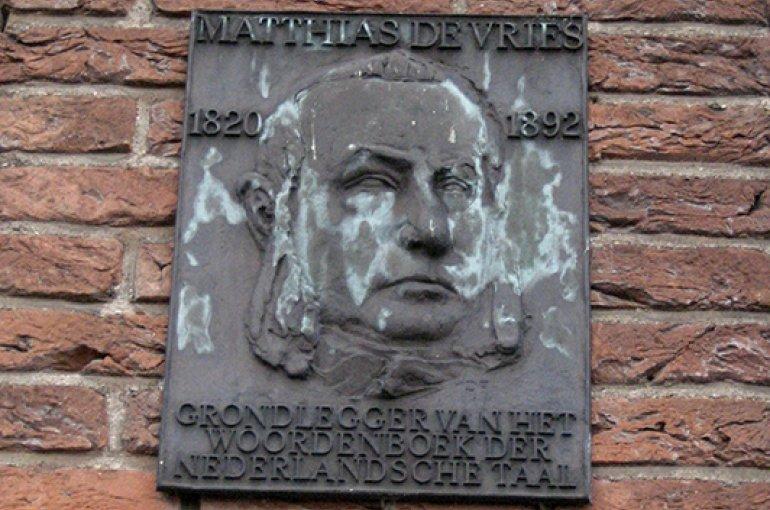 """Gedenkplaat in Leiden voor Matthias de Vries, """"grondlegger van het Woordenboek der Nederlandsche Taal"""" - foto: Wikimedia Commons/Vysotsky"""
