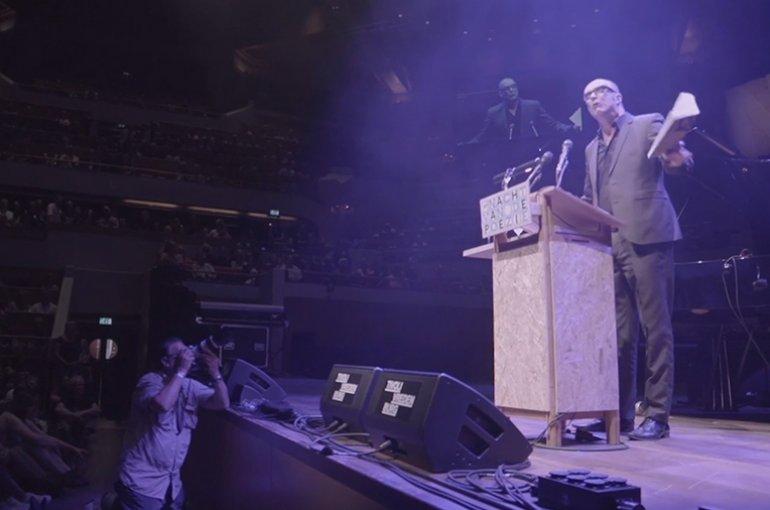 Bart Chabot tijdens Nacht van de Poëzie 2014 - Foto: still vimeo.com