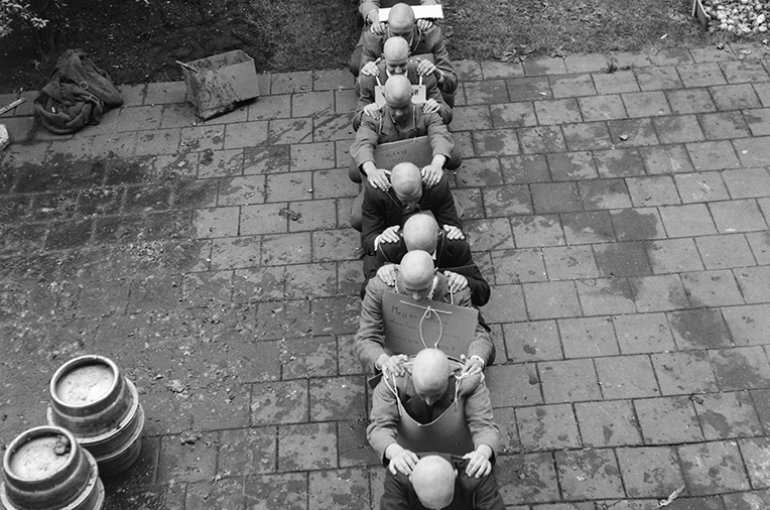 Ontgroenen van studenten (1961). Bron: Wikimedia: Anefo/Wim van Rossem
