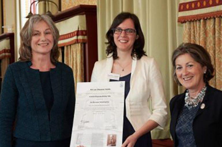 Uitreiking Jan Brouwer Scriptieprijs 2018. V.l.n.r. Helen de Hoop, Elsbeth Blok-den Braber, Marlies Veldhuijzen vZ. Bron: khmw.nl