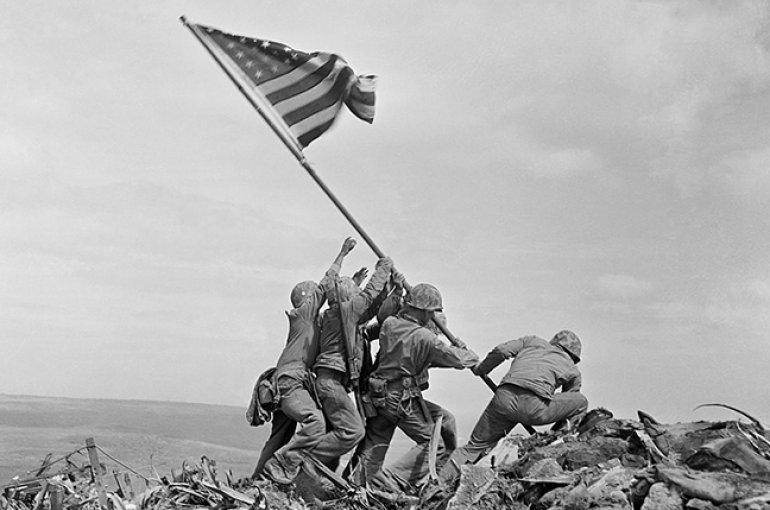 Raising the US flag on Iwo Jima (Joe Rosenthal, 1945)