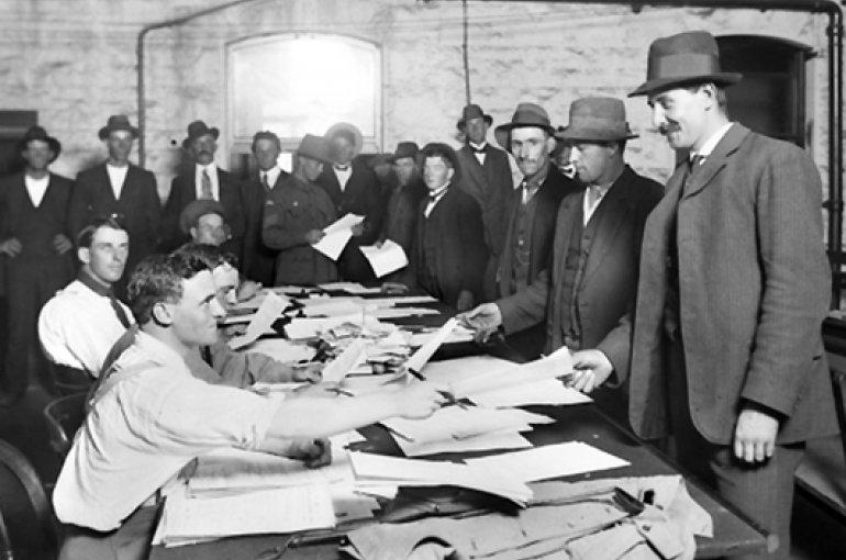 Rekrutering van mannen in Melbourne, Australië (1914) voor militaire dienst. Bron: Wikimedia Commons