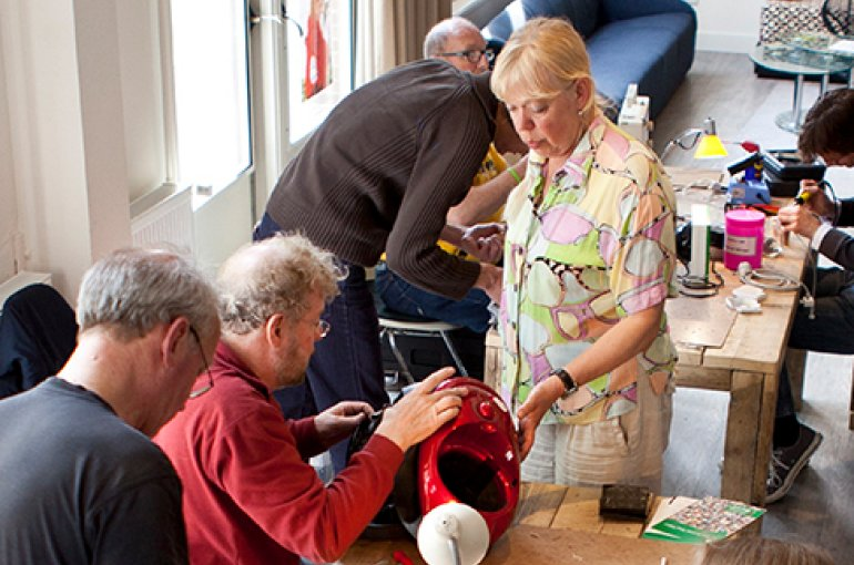 Repair Café Amsterdam-Oost. Bron: Wikimedia/Ilvy Njiokiktjien