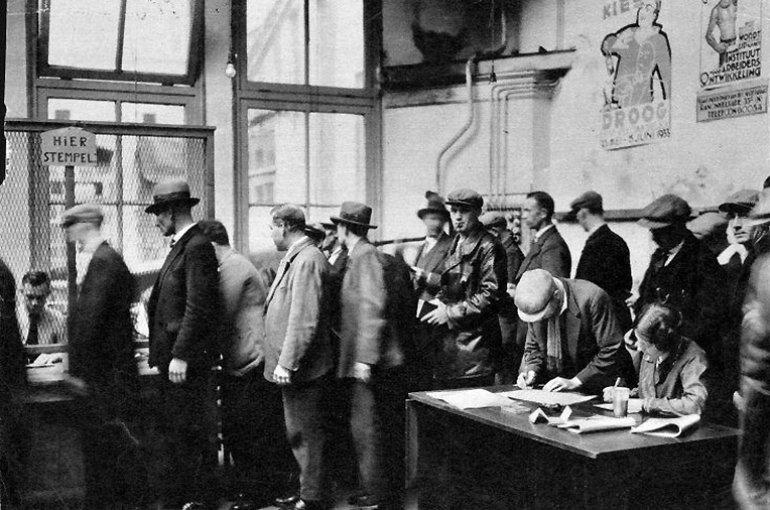 Rij werklozen in een stempellokaal (ca. 1933). Bron: Flickr/Nationaal Archief