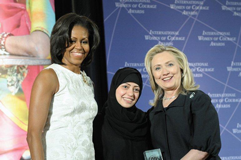 Samar Badawi (midden) met Michelle Obama (links) en Hillary Clinton (rechts) bij de 2012 International Women of Courage Awards. Bron: Wikimedia