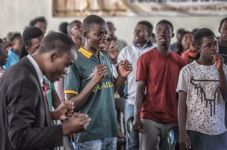 Gemeenteleden in een kerk in Lusaka die aan het bidden zijn tegen de machten van het kwaad. © Johanneke Kamps