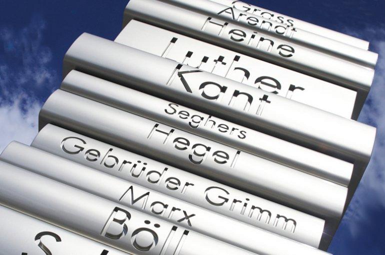 """Beeldhouwwerk """"Der moderne Buchdruck"""" op de Bebelplatz in Berlijn. Bron: Wikimedia Commons"""