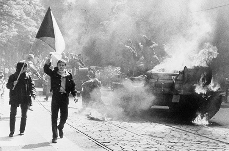 Protest van Praagse inwoners tegen de tanks van het Warschau-pact (1968). Bron: Wikimedia