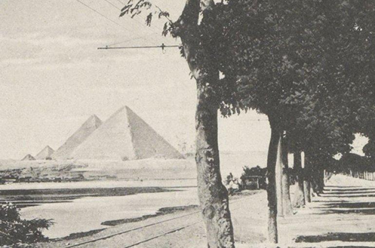 Laan en spoorbaan in Gizeh gezien richting piramides, anoniem, ca. 1895 - in of voor 1905