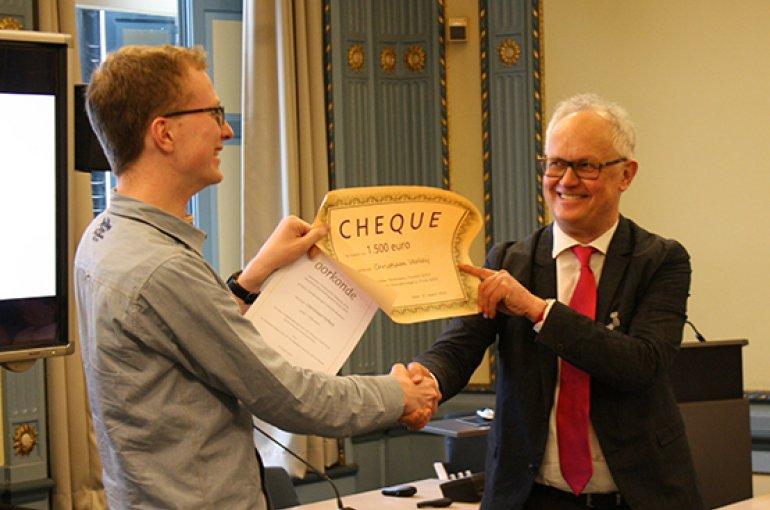 Ton Naaijkens reikt de eerste Utrechtse Stimuleringsprijs Duits uit aan Christiaan Verheij