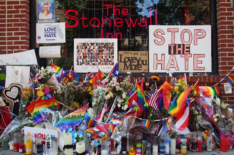 Stonewall Inn, a gay bar on Christopher Street in Manhattan's Greenwich Village. A 1969 police raid here led to the Stonewall riots, one of the most important events in the history of LGBT rights.  Bron: Wikimedia/Rhododendrites
