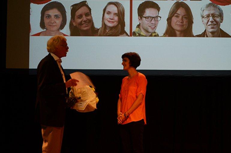 Uitreiking van de facultaire scriptiepijs door prof. dr. Eric Reuland aan Sofia Bimpikou. Foto: Moniek Lijster