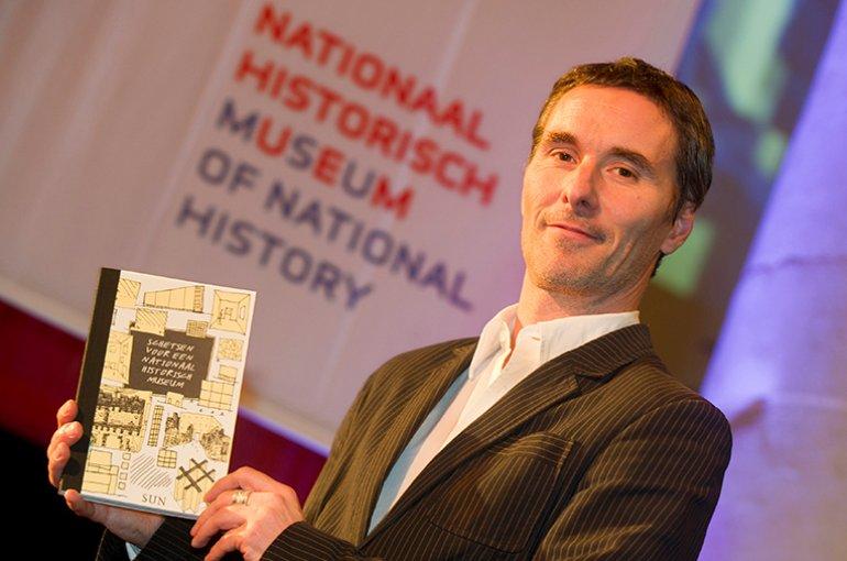 Valentijn Byvanck presenteert het boek Schetsen voor een Nationaal Historisch Museum (2011). Bron: Wikimedia/Marco de Swart