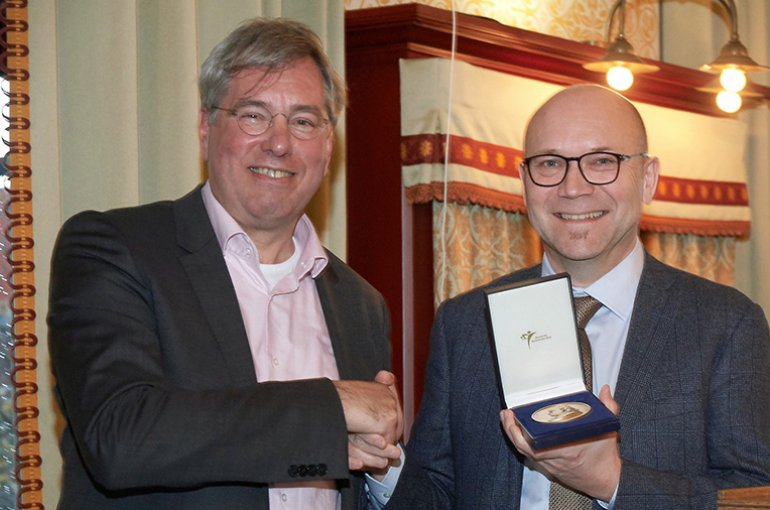 V.l.n.r. Jaap Verheul (winnaar Boerhaave Biografie Prijs 2018) en Amito Haarhuis (directeur Rijksmuseum Boerhave)